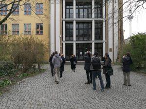 Vor dem Portal des denkmalgeschützten Schulhauses